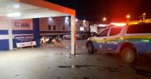 Homem quase é morto a tiros em frente de casa por criminosos