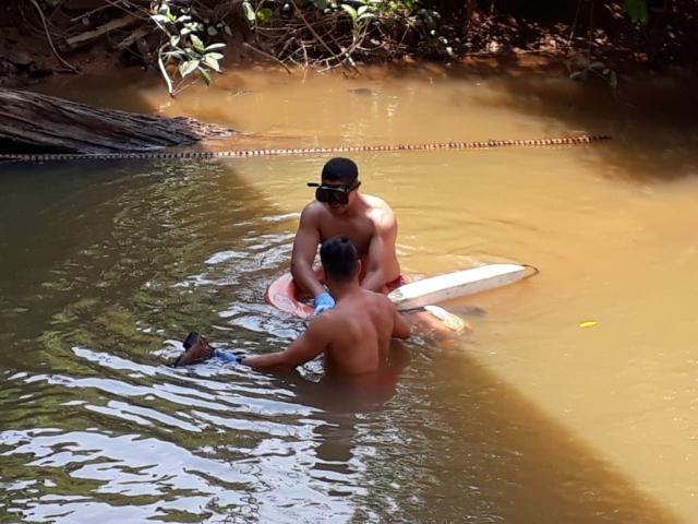 Corpo de homem é encontrado com moto em rio