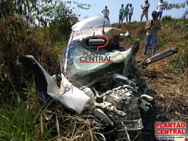 Jovem morre em colisão de carro com carreta na BR-364