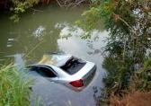 Casal e neto de 5 anos morrem afogados após carro cair de ponte