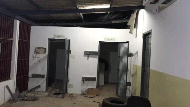 Populares invadem delegacia no Acre, retiram preso suspeito de 3 mortes e o matam com foice e pauladas