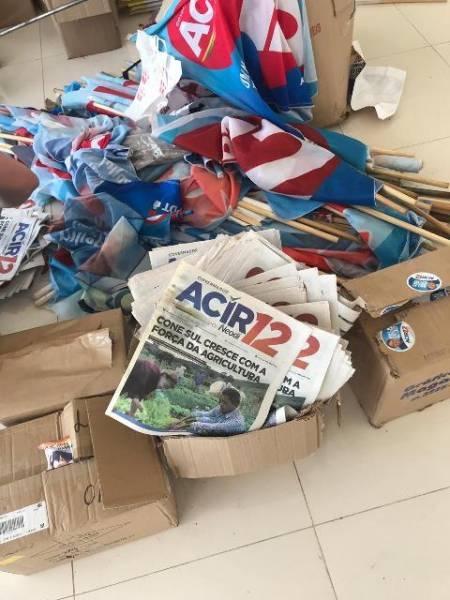 Fotos e vídeo: PF, PM e TRE fazem buscas em comitês e recolhem material de campanha de Acir
