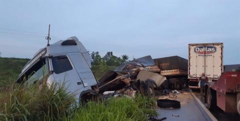 Motorista fica preso às ferragens e morre em acidente com duas carretas na BR-364