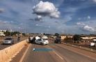 Acidente no viaduto envolve três carros por falta de sinalização