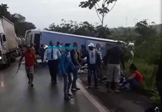 Vídeo: Ônibus com 30 passageiros tomba na BR-364 ao desviar de buraco e deixa vários feridos