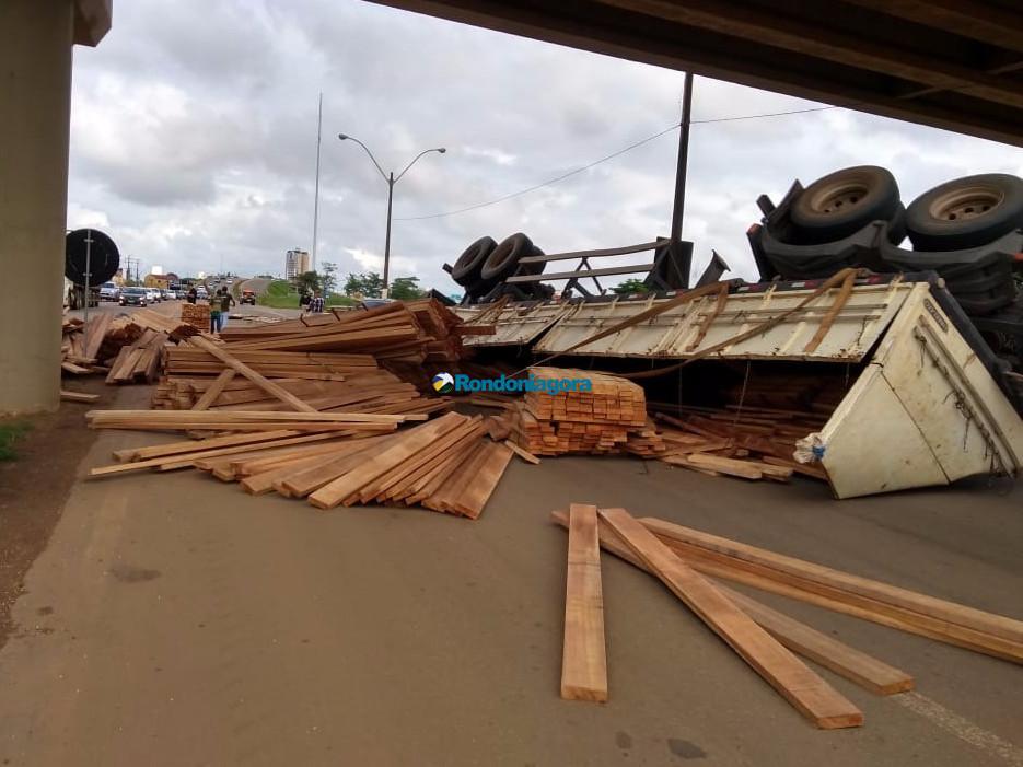 Carreta tomba ao passar embaixo de viaduto na BR-364 em Porto Velho; fotos