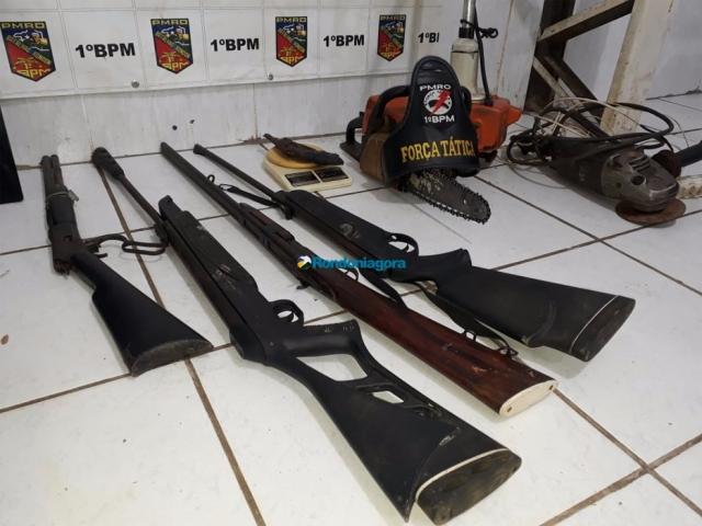 Bando armado invade residência e aterroriza família na Capital; um é preso e cinco fogem