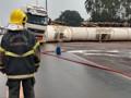 Carreta carregada com 61 mil litros de álcool tomba em Vilhena e deixa BR-364