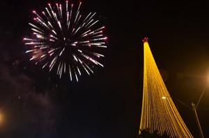 Luzes da maior árvore de Natal de Rondônia são ligadas em Ariquemes