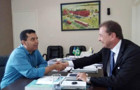 Garçon entrega ao prefeito Hildon, maquinário para atender obras e meio ambiente