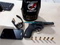 Jovem é preso com revólver em conveniência