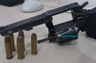 Ladrão atrapalhado faz roubo e deixa arma cair