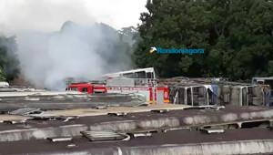 Vídeo: Bombeiros controlam incêndio em sucatas de ônibus na Zona Leste