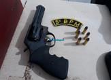 Após denúncia anônima, Polícia prende dupla com revólver em conveniência