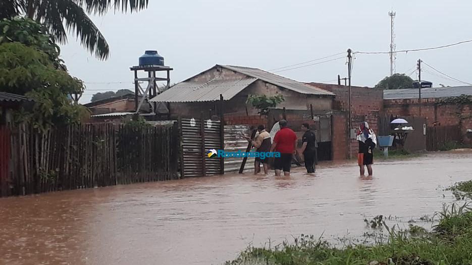 Caos em Porto Velho: forte chuva deixa vários bairros alagados e carros no meio da rua; fotos e vídeo