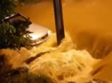 Vídeo: Corpo de Bombeiros socorre homem de dentro de veículo arrastado por enxurrada