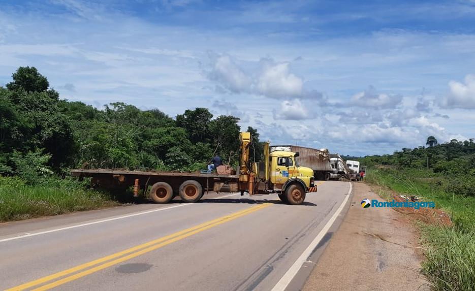 Caminhão carregado com carne tomba na BR-364 a cerca de 20 km de Jaci-Paraná