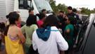 Vídeo: Mulheres de presidiários fecham a Estrada da Penal por liberação de visitas