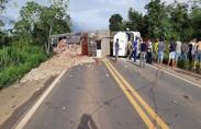 Motorista morre esmagado pela própria carreta na BR-364