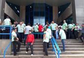Trabalhadores encerram greve, mas circulação de ônibus será com frota reduzida