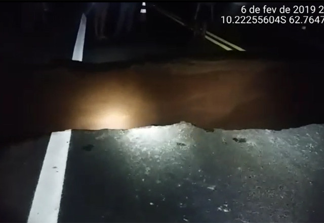 Vídeo mostra situação de trecho de 9 metros que cedeu na BR-364; ainda não existem alternativas