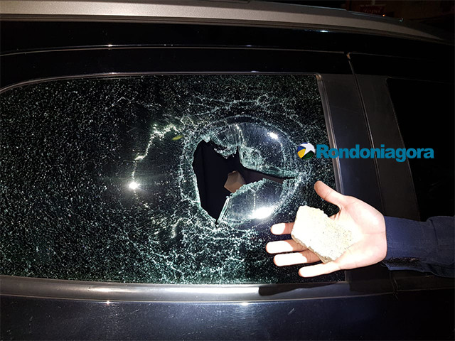 Carro é atingido por pedra e adolescente fica gravemente ferida na cabeça