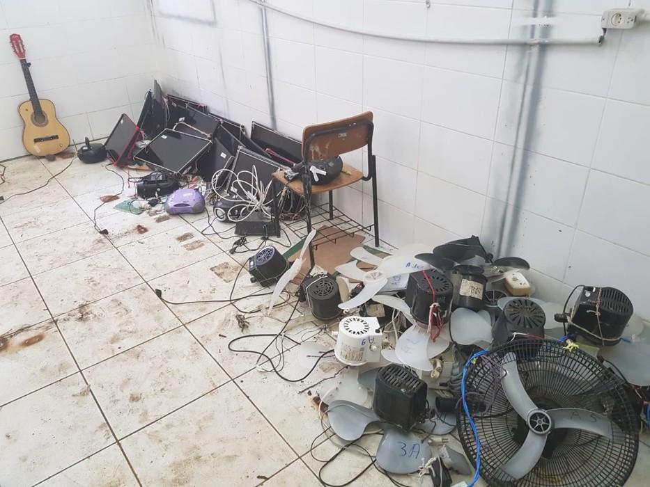 Operação em presídio retira caminhão lotado de objetos e equipamentos de presos