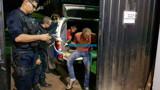 Polícia age rápido e prende dupla com revólver durante roubo em residência