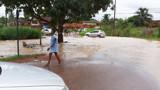 Rio Pirarara transborda e alaga rua de Cacoal; Defesa Civil pede atenção aos motoristas
