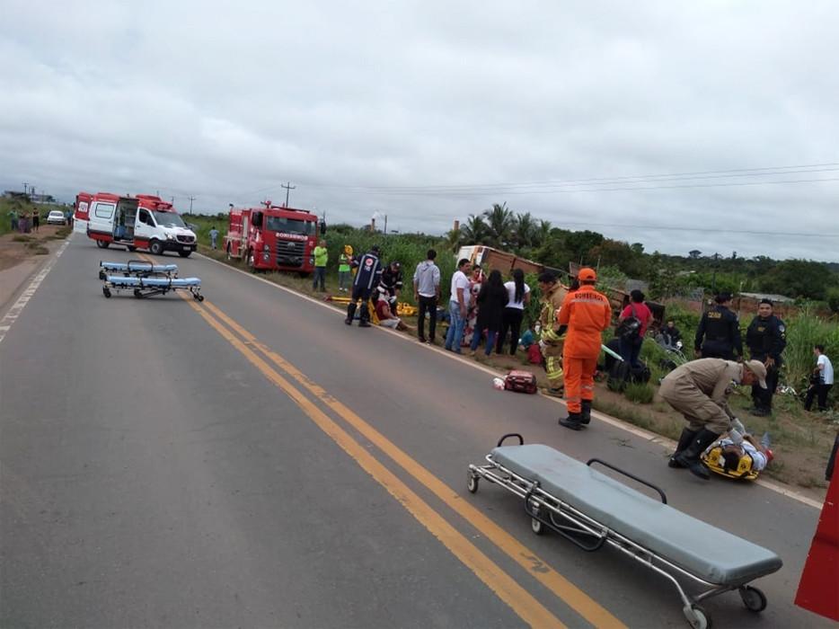 Micro-ônibus capota na BR-364 e deixa ao menos 11 feridos
