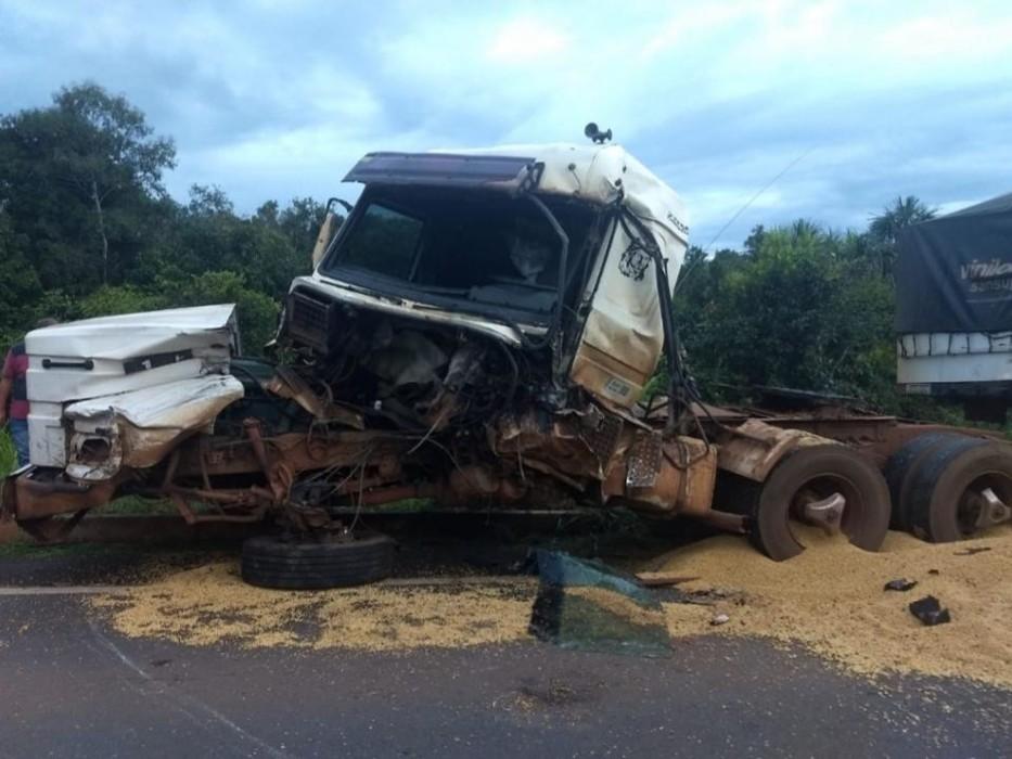 Motorista de carreta fica preso às ferragens após colisão na BR-364