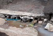 Moradores e comerciantes reclamam de esgoto derramado em via pública de Porto Velho