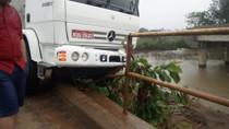 Motorista perde controle da direção de caminhão e bate em cabeceira de ponte