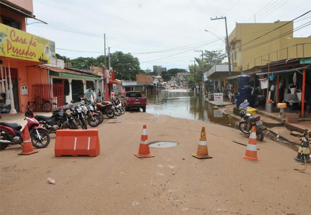 Semtran interdita mais ruas por causa da cheia do Rio Madeira em Porto Velho