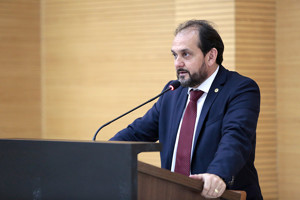 Laerte Gomes condena a violência contra a mulher e sugere medidas protetivas