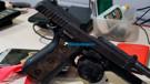 Vítima de roubo atropela bandidos, que fogem deixando cair pistola roubada da PM