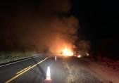 Carreta pega fogo ao tombar na BR-364, em Rondônia