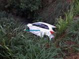 Vídeo: Mulher cai em canal após bater na lateral de carro na Avenida Jorge Teixeira