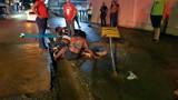 Motociclista tem fratura exposta na perna após cair com duas mulheres