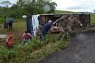 Vídeo: Ônibus tomba na área urbana de Jaru e deixa seis vítimas