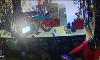 Vídeo: Criminosos invadem loja, rendem clientes e funcionários e furtam celulares na Capital