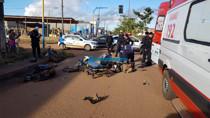 Vídeo: Colisão entre motos deixa dois feridos e arranca roda de veículo em cruzamento de Porto Velho