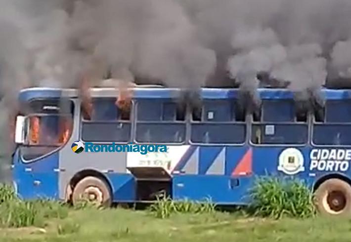 Vídeo: Ônibus urbano pega fogo na BR-364 em frente a PRF