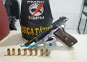 Força Tática prende homicida com pistola em embarcação no porto da Capital