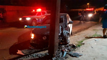 Vídeo: após perseguição, casal é preso com carro roubado; motorista atropelou motociclista e bateu em poste