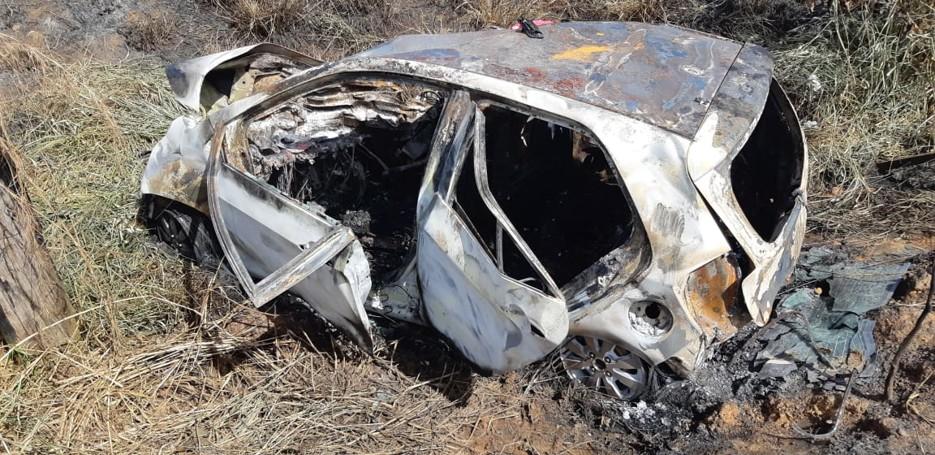 Divulgadas mais imagens do acidente que matou três em Extrema; carro e carreta ficaram destruídos