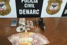 Durante investigação, Denarc prende traficante e outro foge deixando drogas e arma