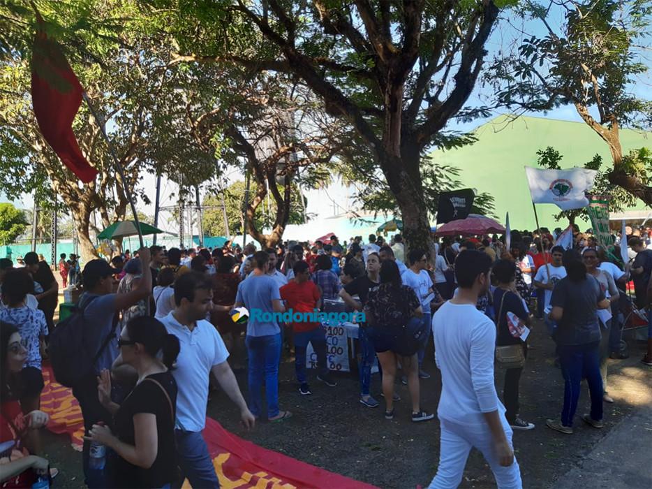 Mobilização contra reformas reúne manifestantes na Praça das Caixas D'Água
