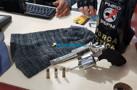 Polícia prende dupla com revólver após roubo em loja de celulares