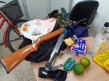 Foragido é preso com arma e maconha durante diligências de delegado e equipe